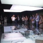 Gustau Vivar explicando la muestra a los bodegueros