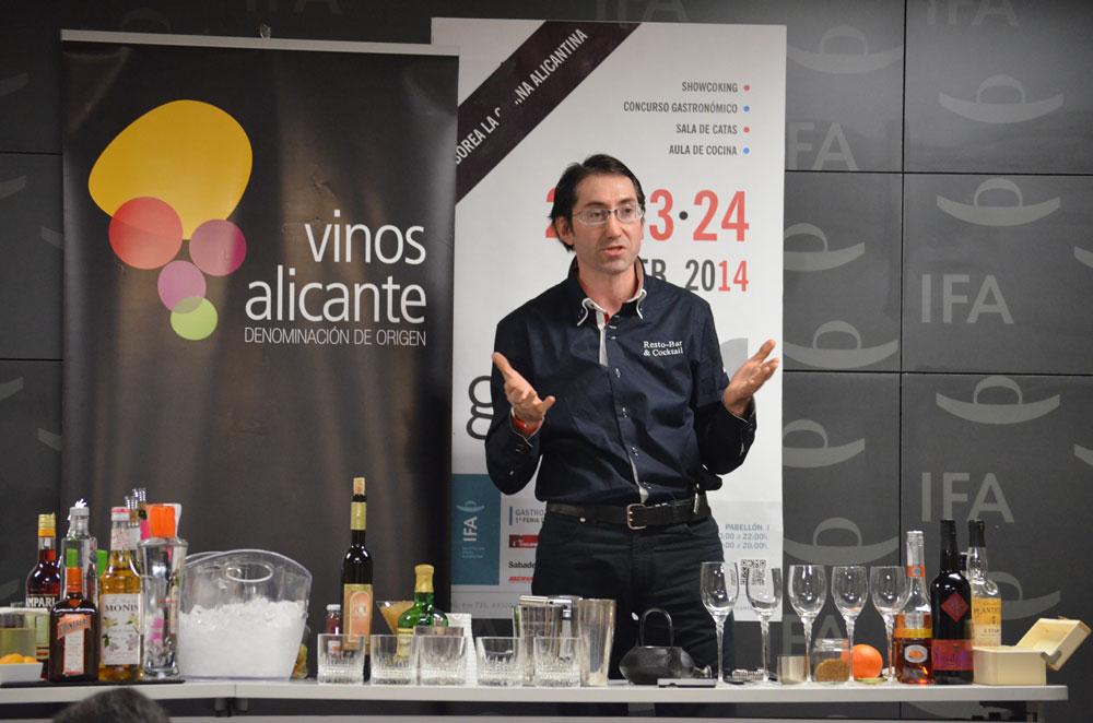 Juan Antonio Tomás explicó paso a paso el modo de preparación de sus cócteles.