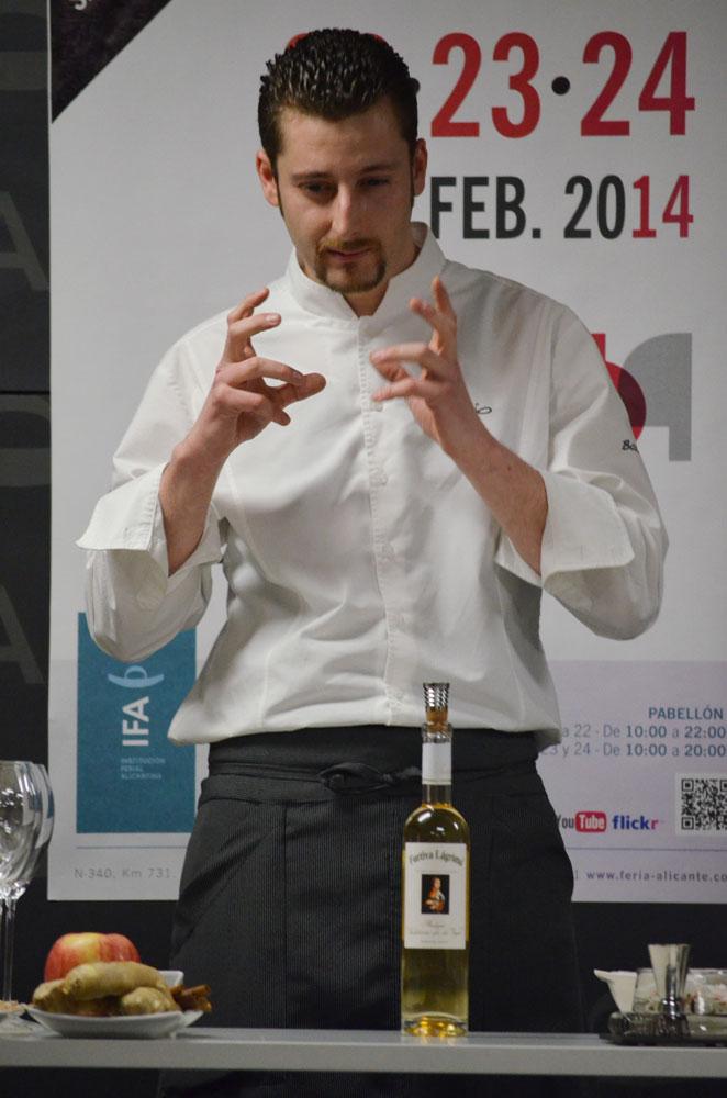 Juan José transmitiendo la filosofía de sus cócteles al público asistente al concurso.