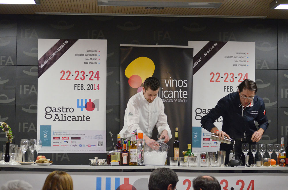 Juan José Sánchez y Juan Tomás en plena elaboración de sus cócteles.