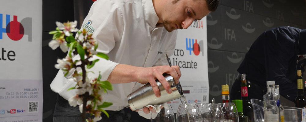 Juan José finalizando la elaboración que le hizo conseguir el premio al mejor cóctel con Moscatel.