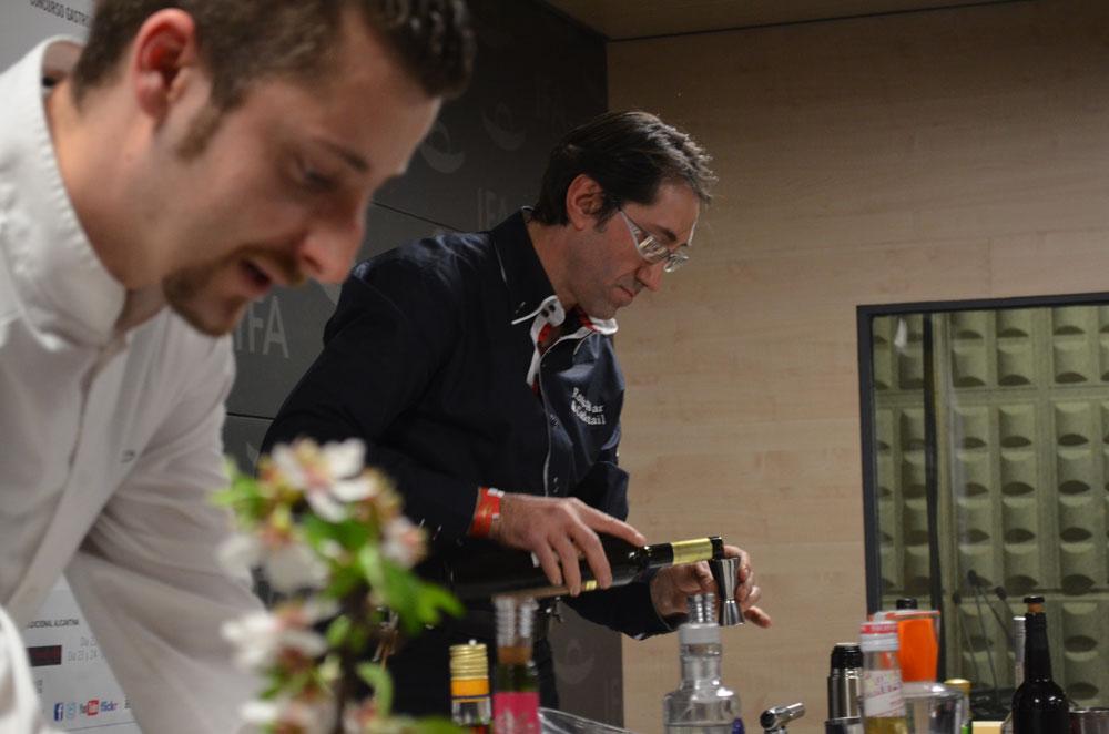 Juan Antonio Tomás y Juan José Sánchez fueron los primeros en actuar y demostrar sus conocimientos de coctelería.