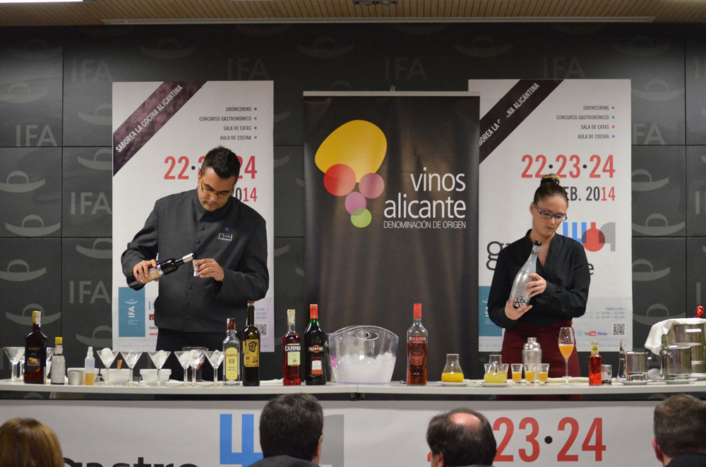 Alberto José Ramón y Noemí Abellán durante su elaboración de cócteles.