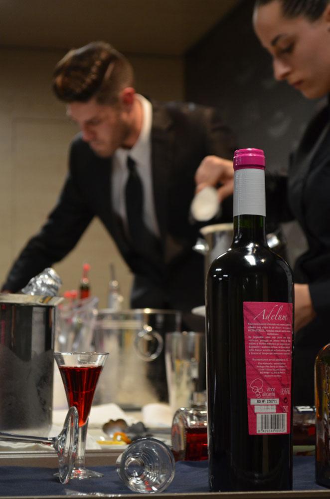 Un instante de la elaboración de los cócteles por parte de Natalia Martínez y Alberto García.