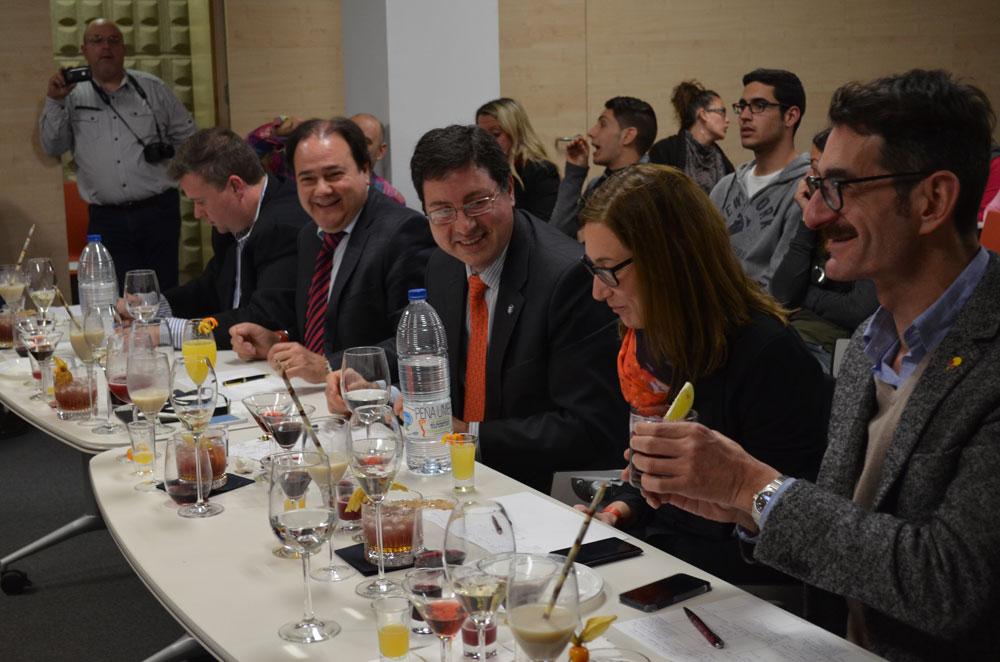 El jurado tuvo trabajo para catar y valorar 12 cócteles elaborados con variedades de las uvas autóctonas Moscatel y Monastrell.