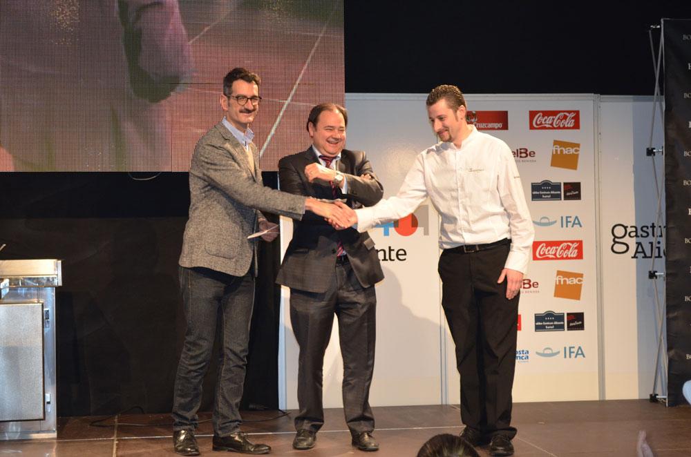 Juan José Sánchez recoge el premio al mejor cóctel de Moscatel de manos de Eladio Martín.