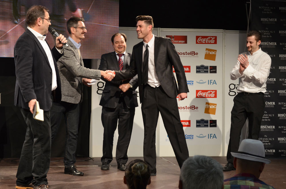 Alberto García recogiendo el premio al mejor cóctel de Monastrell.