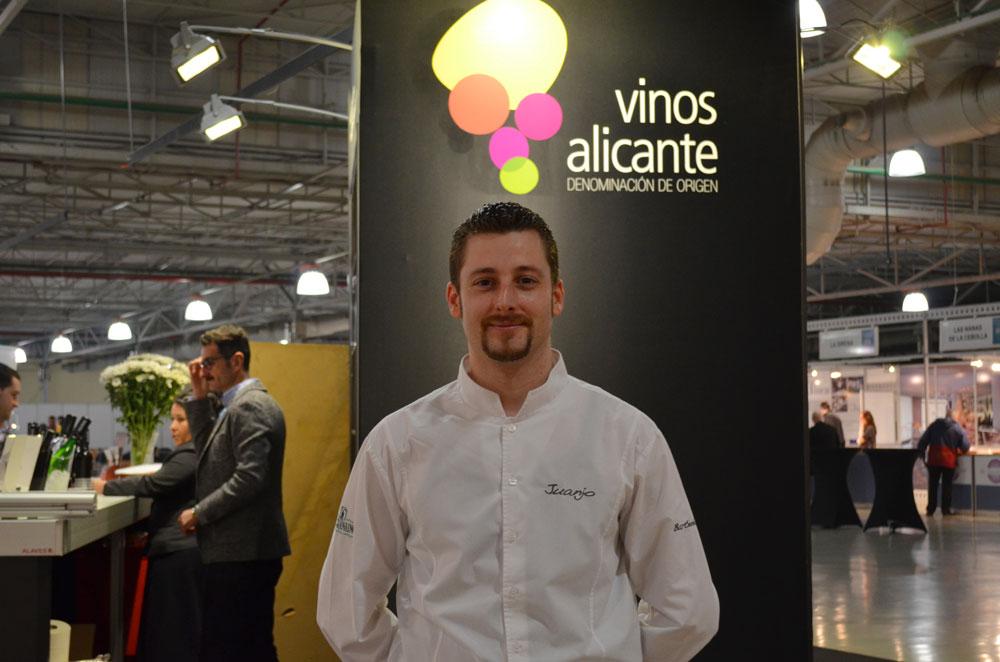 Eladio Martín mide a Juan José Sánchez para estimar el premio absoluto del concurso, la altura del participante en vino de Alicante DOP.